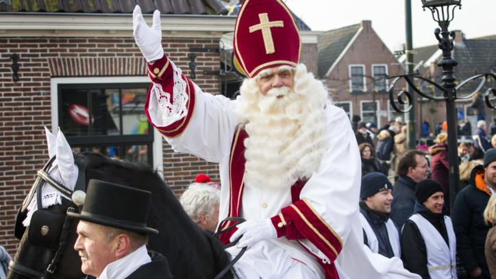 2017-02-11 12:46:04 GROU - Sint Piter en Swarte Pyt komen aan in Grou. Het Friese dorpje is de enige plek in Nederland waar niet Sinterklaas wordt gevierd, maar de verjaardag van Sint Piter. Het vroegere vissersdorp heeft zijn eigen goedheiligman, die is vernoemd naar Petrus, de beschermheilige van de vissers. Hij draagt een witte mantel, zit op een zwart paard en heeft een Zwarte Piet. ANP VINCENT JANNINK